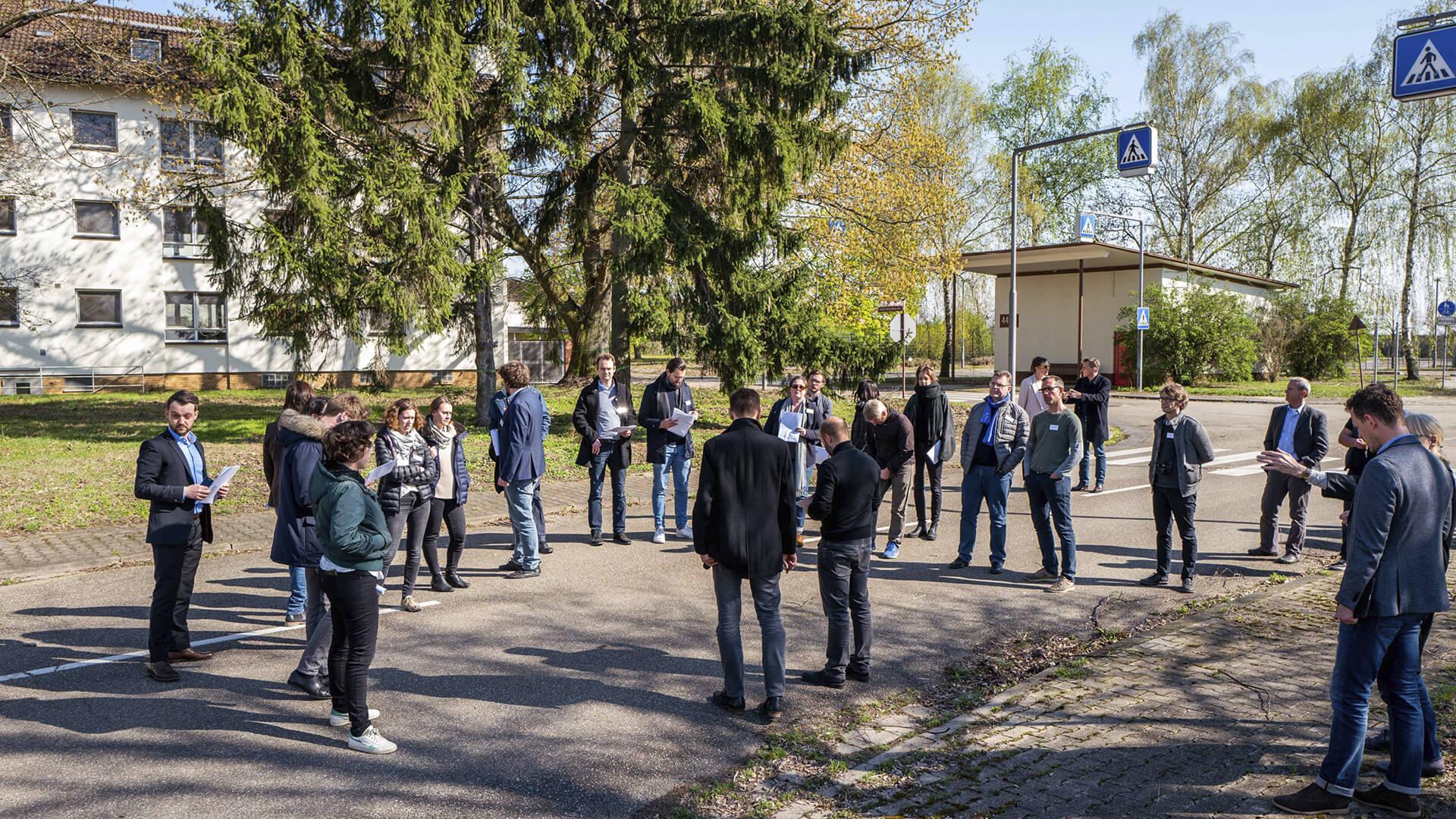 Exkursion auf dem PHV-Gelände im Frühjahr 2019 mit Vertreterinnen und Vertretern von Stadt, Fachplanung und IBA. © Dittmer