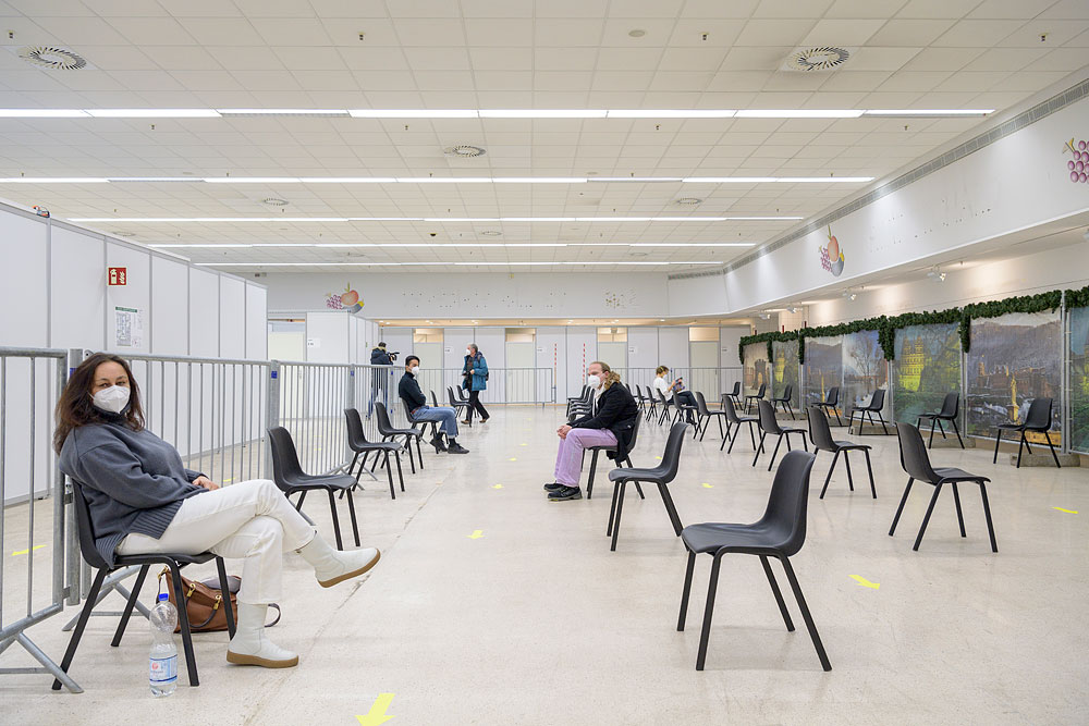 """In den Räumen der einstigen """"Commissary"""", wo früher US-Militärs Lebensmittel einkauften, finden heute Registrierung, Aufklärung und Corona-Impfung statt. © Rothe"""