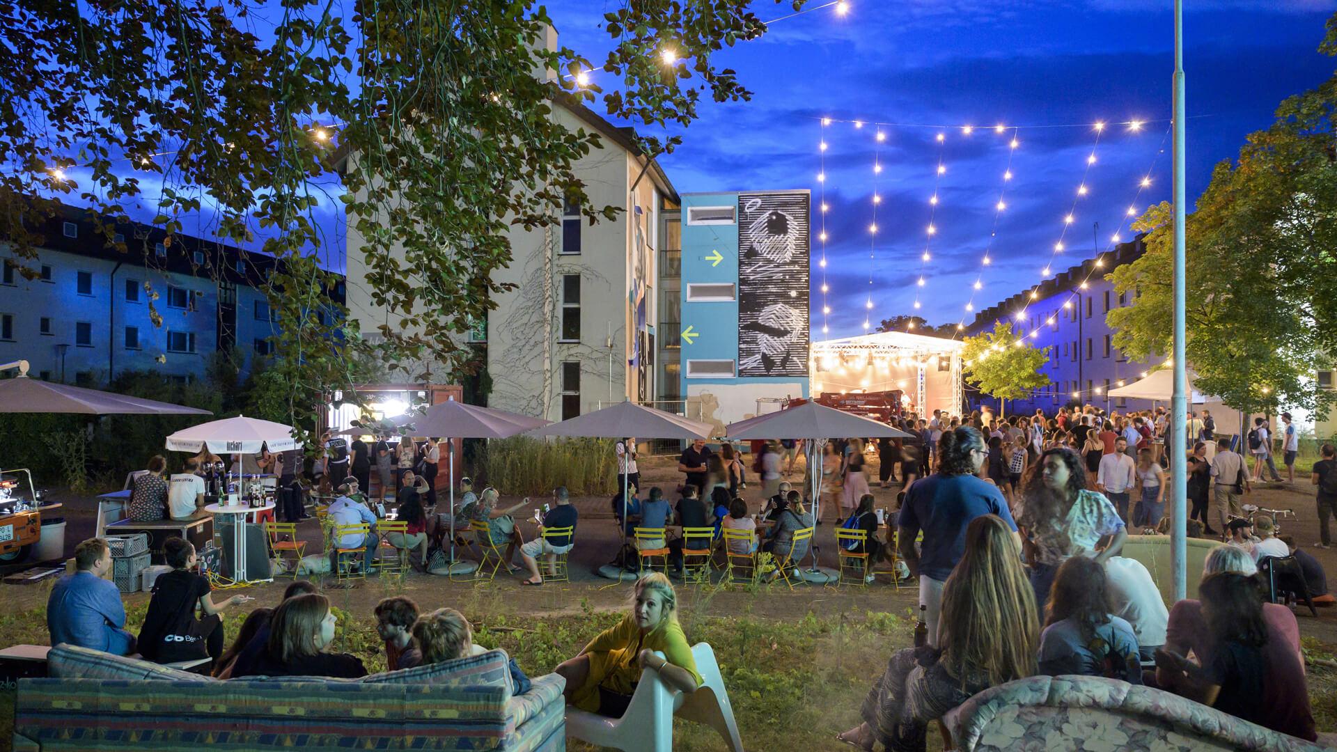 August 2020: Mit Live-Musik, Installationen und Urban Art zieht Metropolink im Corona-Sommer ein großes Festivalpublikum an. Dank eines ausgefeilten Hygienekonzepts konnte das Festival im südlichen Teil von PHV stattfinden. © Rothe