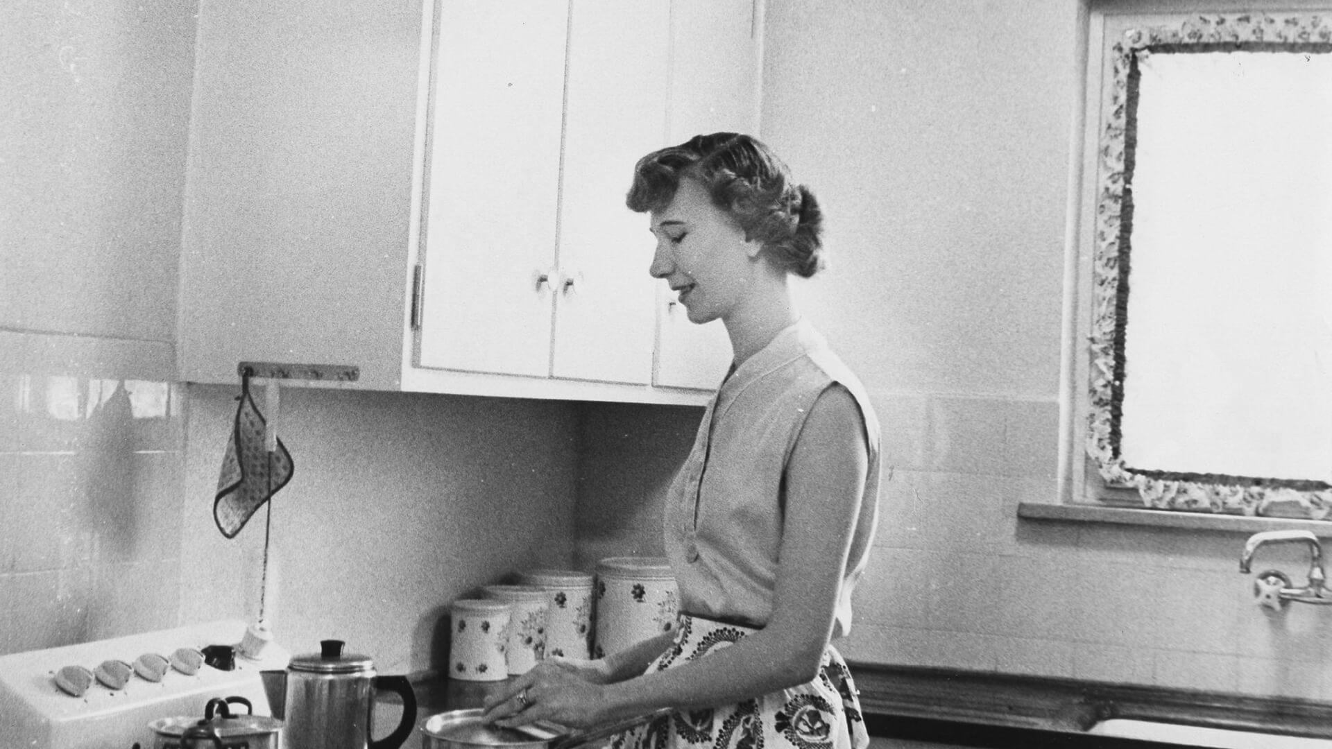1955: Mrs Smith in ihrer neuen Küche: Patrick-Henry-Village war als reine Wohnsiedlung für die US-Militätrs und ihre Angehörigen angelegt. © Stadtarchiv Heidelberg