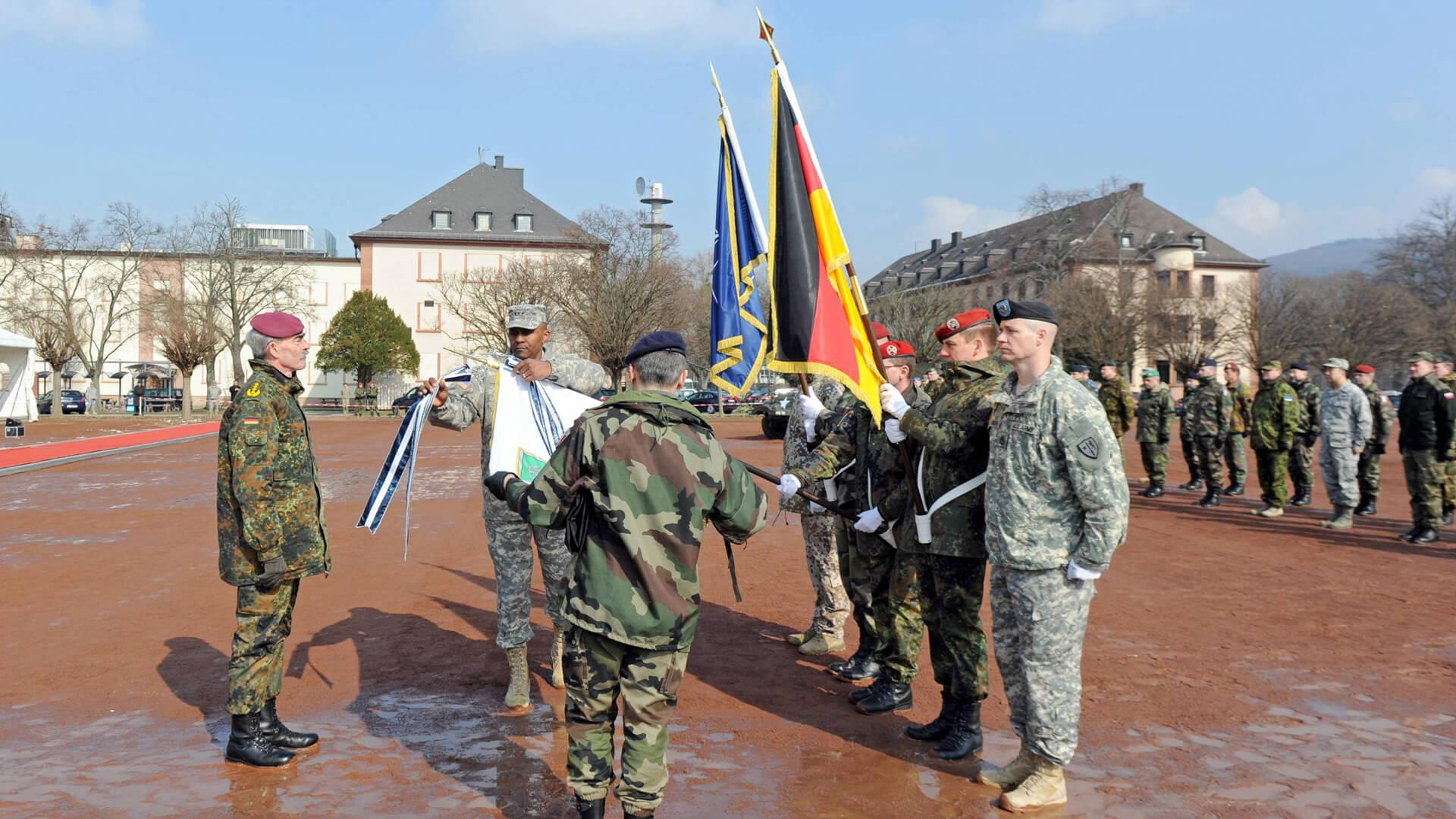 """Am 4. März 2013 wird das Hauptquartier der """"Allied Force Command Heidelberg"""" mit einem Appell und dem Einholen der Flagge in den Campbell Barracks aufgelöst. Am 6. September 2013 wird Patrick-Henry-Village als Wohnsiedlung des US-Militärs offiziell geschlossen. © Imago"""